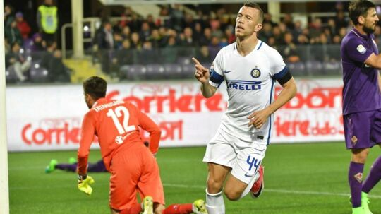 Ivan Perisic fra Inter scorer her mod Fiorentina, som imidlertid vandt kampen 5-4.