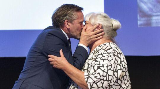 Udenrigsminister og politisk leder Anders Samuelsen takker ældreminister Thyra Frank for hendes tale til landsmødet. Liberal Alliances landsmøde 2017. Aalborg Kongres & Kultur Center.