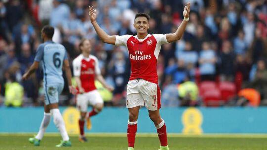 Alexis Sanchez fejrer at have scoret til 2-1 for Arsenal i den forlængede spilletid mod Manchester City. Arsenal vandt FA Cup-semifinalen 2-1.