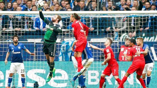 Yussuf Poulsen (rød trøje, tv) og RB Leipzig måtte nøjes med uafgjort mod Schalke 04 i Gelsenkirchen.