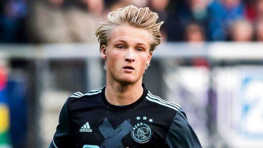 Kasper Dolberg (bill.) og Lasse Schöne måtte finde sig i, at deres kamp i Eindhoven mod PSV blev kortvarigt afbrudt.