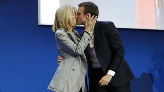 Vinderen af første runde af det franske præsidentvalg, Emmanuel Macron, kysser sin kone, Brigitte Trogneux, søndag aften, da resultatet stod klart.