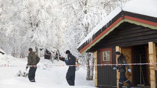 Politiets teknikere arbejder ved hytten, hvor en 13 år gammel pige blev fundet død i Beitostølen nytårsaften. Sagen blev først kendt i medierne søndag 3. januar. Pigens mor er sigtet for grov omsorgssvigt. (Foto: Larsen, Håkon Mosvold/Scanpix 2016)