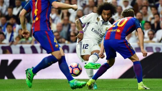 Real Madrids Marcelo havde chancen for at forhindre Barcelonas sejr, der stiller holdene lige i titelkampen.