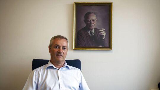 Jesper Andreasen, der er direktør i Rødovre Centrum. Billedet på væggen forestiller grundlægger af centret, gartneren Aage Knudsen.