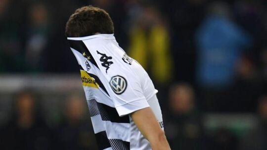 Andreas Christensen græmmer sig efter at have brændt det afgørende straffesoark for Borussia Mönchengladbach i pokal-semifinalen mod Eintracht Frankfurt.