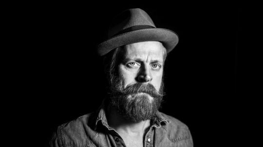 Carsten Bjørnlund kan udover at spille skuespil også synge. Det gør han i bandet Rovdrift.