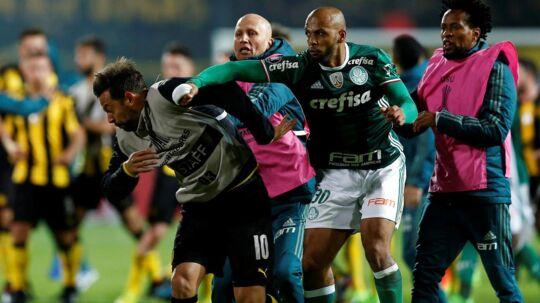 Palmeiras' Felipe Melo (th) and Penarols Matias Mier går til den med ulovlige midler.