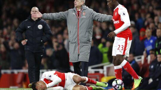 Alexis Sanchez kastede sig teatralsk ned på jorden med hænderne for ansigtet, efter Robert Huth kastede en bold ind på hans skulder