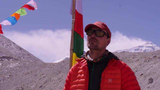 Bedeflag fra Puja-ceremonien med Everest i baggrunden.