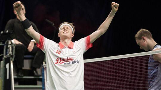 Anders Antonsen slår sensationelt Viktor Axelsen overraskende klart med 2 - 0 i sæt i EM-semifinalen.
