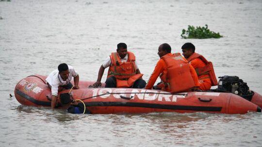 Selv om omkring halvdelen af befolkningen i Indien lever nær en kyst, flod eller sø, kan de færrest svømme. To drukneulykker har sat fokus på problemet i landet, hvor 30.000 mennesker druknede i 2014. Billedet her er fra Bhadreswar lørdag den 26. april.