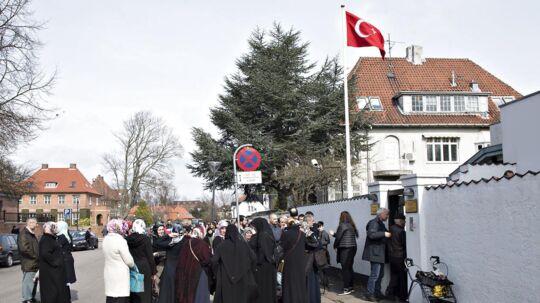 På billedet: Den Tyrkiske Ambassade i Hellerup. Billedet er fra lørdag formiddag den 1. april 2017 i forbindelse med det tyrkiske valg, hvor herboende tyrkere fra hele landet mødte op for at stemme.