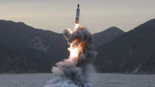 I løbet af det seneste år har Nordkorea affyret en stribe missiler og gennemført to af styrets hidtil fem atomprøvesprængninger i strid med FN's resolutioner. Her ses et billede af et nordkoreansk missil, der blev frigivet af Nordkoreas statslige nyhedsburea, North Korean Central News Agency, 24. april 2016.