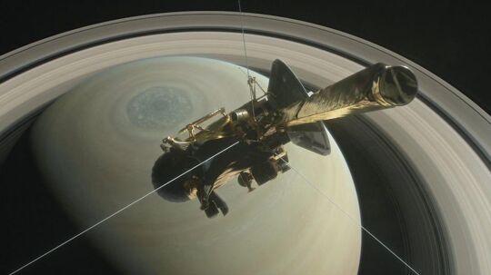 En illustration af NASAs rumfartøj Cassini, som i tolv år har bevæget sig rundt om Saturn. Nu har fartøjet sendt en overraskende hviskelyd hjem.