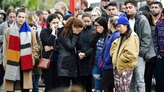 Personer sørger ved kajkanten nær Langebro i København, søndag den 7. maj 2017. En dødsulykke nær Langebro i København kostede to unge kvinder livet, da en jetski kolliderede med den udlejningsbåd, som de befandt sig i. Begge kvinder er amerikanske statsborgere. Ulykken skete om aftenen lørdag den 6. maj 2017.
