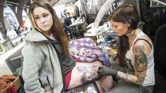 Stadig flere lader sig tatovere. Det er især de unge kvinder, som lægger sig under nålen.