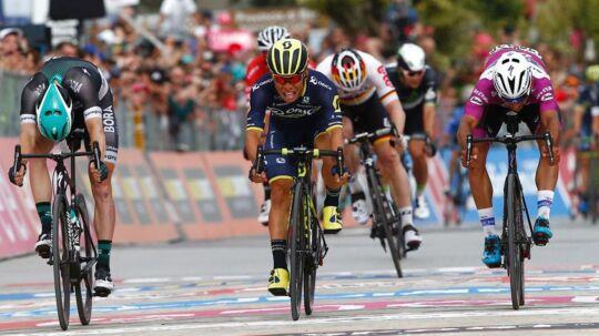 Caleb Ewan vandt fredagens etape i Giro d'Italia. Australieren kunne dog først kalde sig vinder, efter at der var blevet kigget på målfoto.