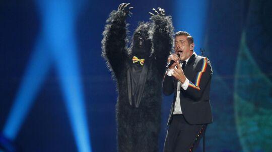 Gorillakostumet på scenen under Italiens sang.