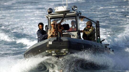 En speedbåd fra den libysk flåde patruljerer ud for Benghazi i den østlige del af Libyen. Her kontrolleres flåden af general Haftar, der bruger alle ressourcer på at bekæmpe Islamisk Stat, mens bedre kontrol med migrationen ikke er højt på Haftars dagsorden. En lang række hære, militser og klaner kontrollerer forskellige dele af Libyen, der reelt befinder sig i en slags borgerkrig. Det udnyttede menneskesmuglere sidste år til at sende flere end 180.000 migranter over Middelhavet mod Europa. / AFP PHOTO / Abdullah DOMA