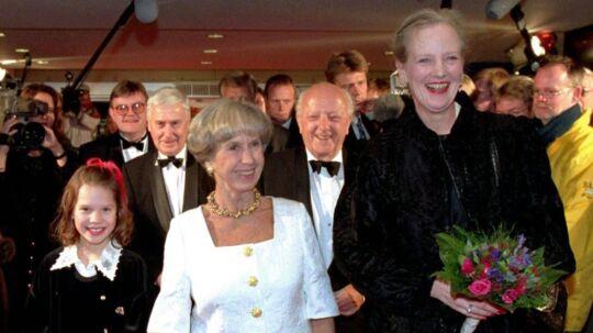 Til gallapremieren på 'Kun en Pige' i 1995 var Dronningen mødt op. Her ses hun sammen med Lise Nørgaard og Amalie Dollerup, der i filmen spiller en ganske ung Lise Nørgaard,