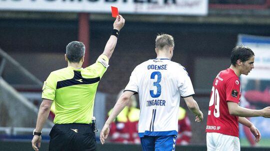 OBs Frederik Tingager får det røde kort i den afsluttende fase af kampen mod Silkeborg. Kampen sluttede med sejr til midtjyderne på 2-1, men da OB vandt den første kamp 3-1, går de videre i Europa Playoff, hvor de møder vinderen af Randers FC og AaB.