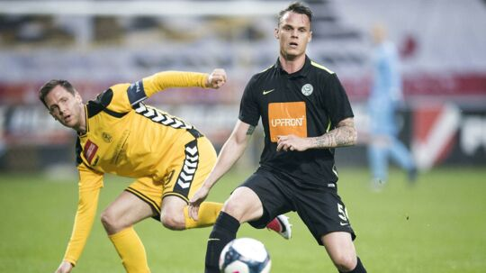 Horsens (gule trøjer) risikerer at rykke direkte ned, selvom de vandt 1-0 over Viborg tirsdag aften. Viborg havde vundet den første kamp 3-0 og kan ånde lettet op - indtil videre.