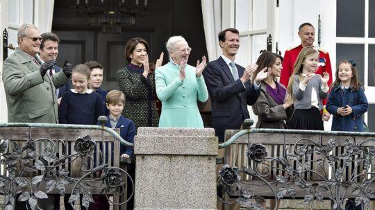 Hendes Majestæt Dronning Margrethe fejrede søndag den 16. april sin 77-års fødselsdag på Marselisborg Slot sammen med børn og børnebørn. Her er Kongefamilien samlet på verandaen.