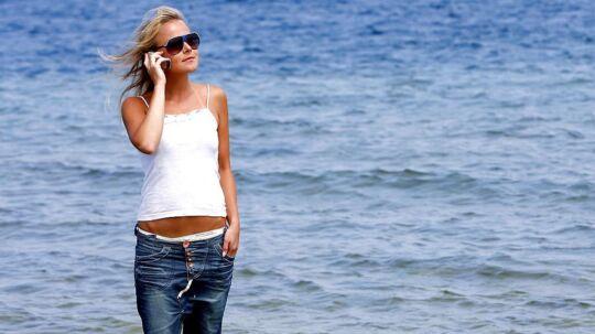 Fra den 15, juni i år slipper du for at betale ekstra for at bruge din telefon på rejser og ferier i de andre EU-lande. Til gengæld hæver de fleste teleselskaber prisen på deres abonnementer.