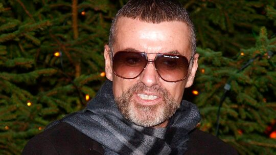 Arkivfoto:George Michael døde af hjerteproblemerBritiske George Michael døde af naturlige årsager, oplyser en retsmediciner tirsdag.Se RB kl.14.44 d. 07.03.2017 Arkivfoto: (FILES) This file photo taken on December 23, 2011 shows British singer George Michael talking about his recent illness outside his home in Hampstead in London on December 23, 2011. British pop icon George Michael, who was found dead at his home on Christmas Day 2016, died of natural causes, a coroner announced on March 7, 2017. / AFP PHOTO / MAX NASH