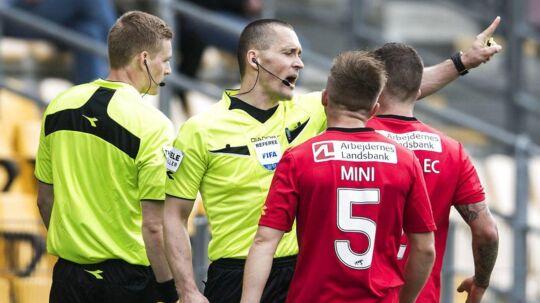 Mads-Kristoffer Kristoffersen (im) viser, at han anerkender FCMs kontroversielle mål til 3-0 i deres sejr på 3-2. Efter kampen erkendte han, at det var en fejl.