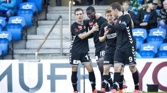 AC Horsens fejrer her at være kommet foran 1-0 i nedrykningskampen mod Esbjerg. Kampen sluttede 1-1, men det betyder alligevel, at AC Horsens står med de bedste kort inden returkampen på grund af udebanemålet.