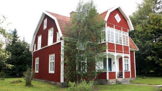 For lige godt og vel million danske kroner kan man få disse 200 kvadratmeter rødmalede bjælkeidyl med gåstand til bade- og fiskesø.