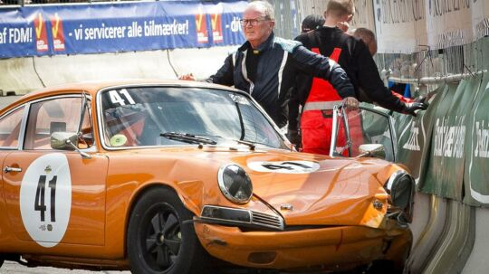 Danmarks rigeste mand, Kjeld Kirk Kristiansen, fik smadret sin bil godt og grundigt under lørdagens deltagelse i Classic Race Aarhus.