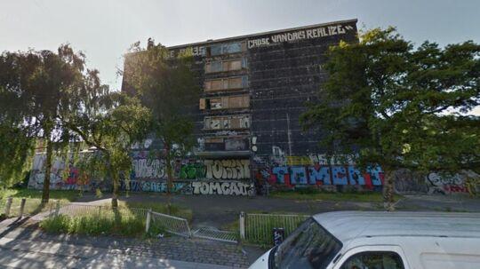 Denne bygning på Amager i København har stået tom i årtier. Nu forsøger de lokale at få den fjernet.