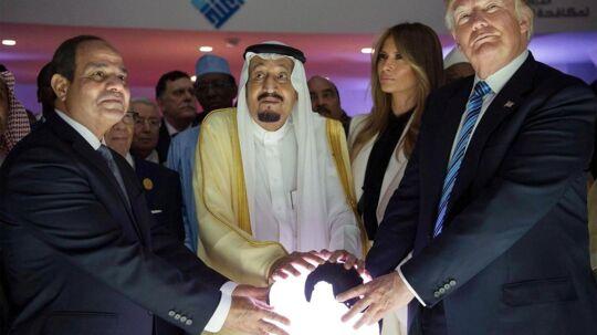 Dette billede af præsident Trump i Saudi Arabien bliver delt igen og igen på de sociale medier. Men hvad i alverden er det, præsidenten og den saudiske konge laver?