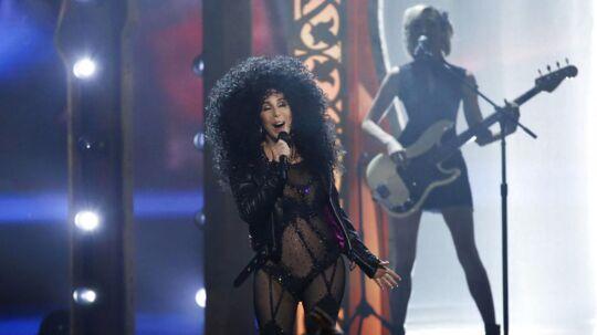 Cher fremfører 80'er-hittet 'If I Could Turn Back Time' ved Billboard Music Awards 2017.