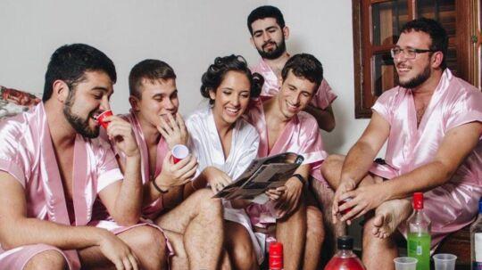 Rebeca Abrantes tog bryllupsforberedelsesbilleder sammen med sine fem bedste venner.