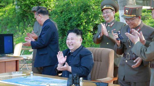 Kim Jong Un klapper til en missiltest. Måske klapper han også lidt af den hemmelige hackergruppe 'Enhed 180', som angiveligt har hacket sig til millioner af dollars i udlandske banker og finansielle institutioner.