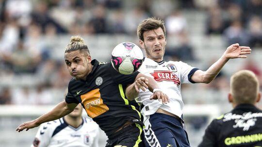 Viborg FF må undvære skulderskadede Alexander Jakobsen i aftenens Superliga-bundkamp mod AGF. Her ses han i duel med AGF's Elmar Bjarnason fra en kamp tidligere på sæsonen,.