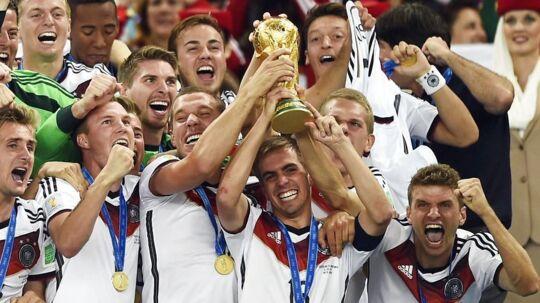 Tyskland løfter trofæet som verdensmestre i 2014.