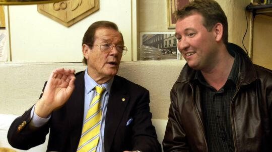Casper Nielsen og Roger Moore i en af mange samtaler.