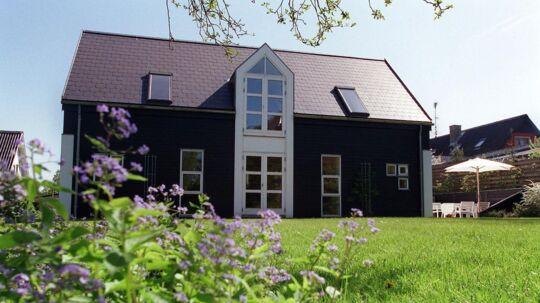 Spændende, arkitekttegnet træhus, tegnet af Jørgen Herold Andersen. Her ses huset fra havefacaden, der er præget af smuk enkelthed.