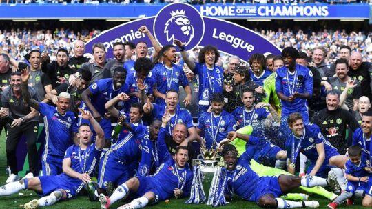Glade Chelsea-spillere fejrer her det mesterskab, som klubben har vundet i år. Men der bliver ingen sejrsparade, som der ellers er tradition for. Det skyldes mandagens terrorangreb i Manchester.