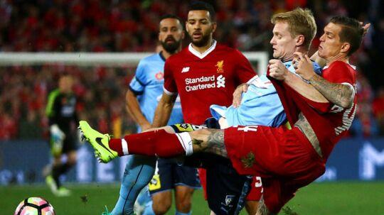 Daniel Agger (th) var med, da Liverpool vandt i Sydney.