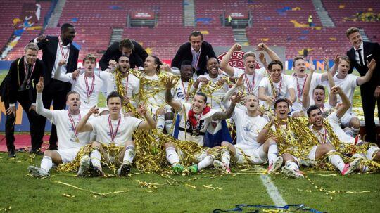 Glade FCK-spillere jubler efter den tredje pokalsejr på stribe.