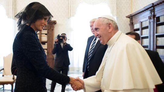 »Hvad giver du ham at spise?« lød spørgsmålet fra Pave Frans til en overrasket Melania Trump. Donald Trump måtte se til, mens selveste paven drillede ham med at han angiveligt spiser for meget kage.