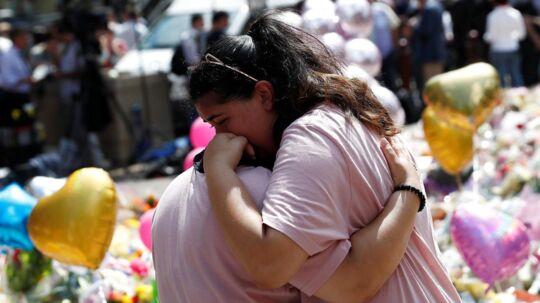 Tidligt fredag morgen blev endnu en mand anholdt som følge af angrebet i Manchester mandag, hvor 22 uskyldige mennesker blev dræbt. Her mindes to kvinder ofrene for selvmordsbomben.