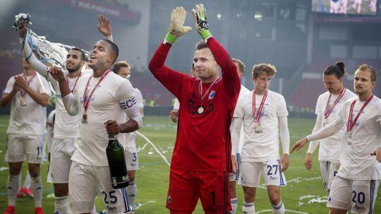 Glade FCK-spillere jubler over at have vundet pokalfinalen. Optakten til pokaloverrækkelsen var ikke helt velorganiseret.