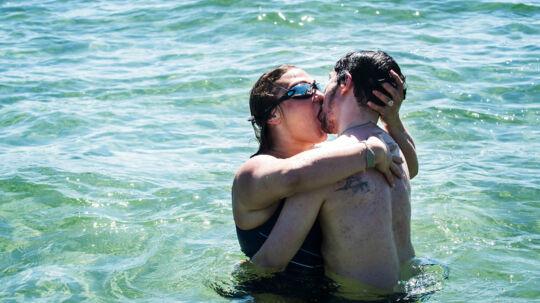 Julie Madsen, 34 år og Robin Kristensen, 29 år. Sommervejret er kommet til Danmark og folk nyder solen i Amager Strandpark. Flere strandgæster hopper en tur i havet, på trods af en vandtemperatur på blot 15 grader.